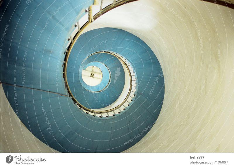 Aufwärts! Leuchtturm Wendeltreppe hell-blau weiß Wahrzeichen Denkmal Dänemark Fyr von unten nach oben Hvide Sande Schnecke Geländer