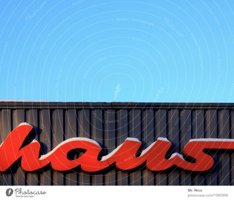 bau Wolkenloser Himmel Haus Industrieanlage Bauwerk Gebäude Architektur Fassade Dach rot Typographie Buchstaben Halle Lagerhalle Werbung Schriftzeichen