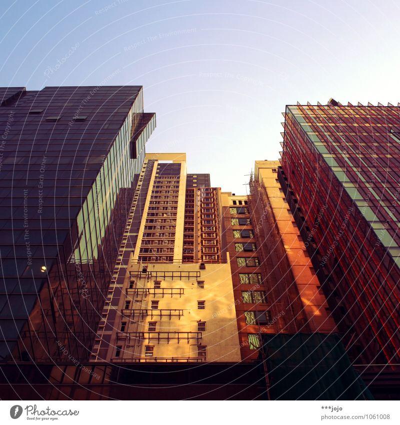 kong. Stadt Skyline Haus Hochhaus Mauer Wand Fassade modern Hongkong Kowloon Glasfassade Beton bevölkert China Blick nach oben Froschperspektive Architektur