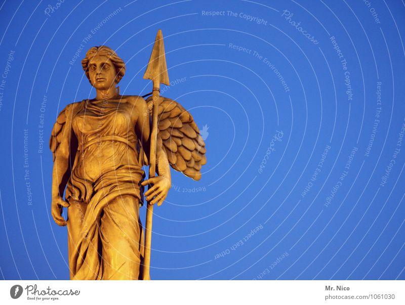 es ist nicht alles gold was glänzt feminin Körper Skulptur Denkmal blau gelb Pfeile Speer Flügel stehen Kunstwerk außergewöhnlich Wächter
