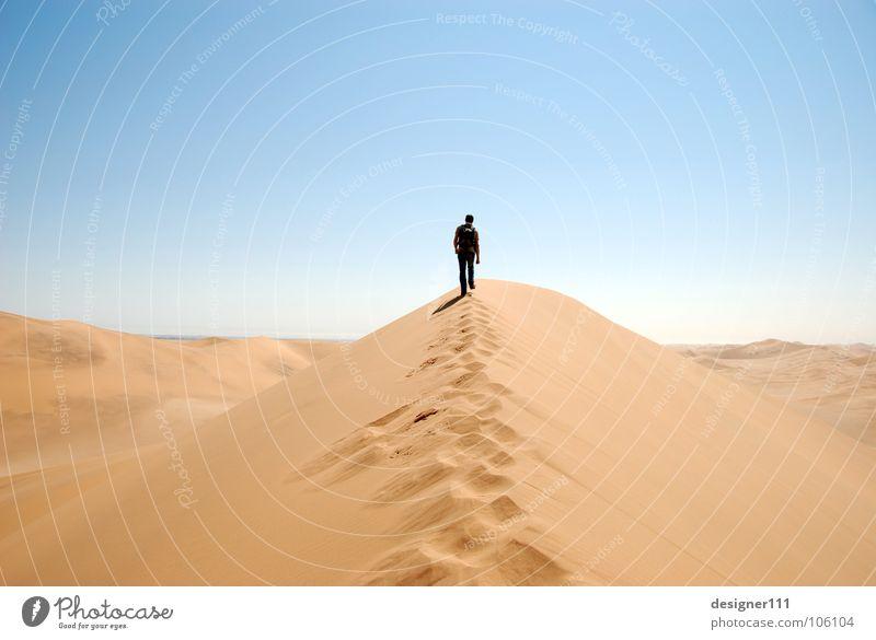 long way to go Afrika Namibia Spuren schreiten Physik heiß kalt Einsamkeit lang Sand verloren ruhig Sturm wandern Fußspur Schuhe Erschöpfung Müdigkeit Safari