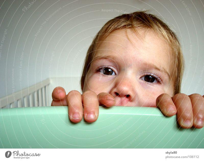 Dreikäsehoch Kind weiß Hand Mädchen Freude Gesicht Haare & Frisuren Holz Finger festhalten Neugier Lebensfreude Kleinkind verstecken türkis Kinderbett