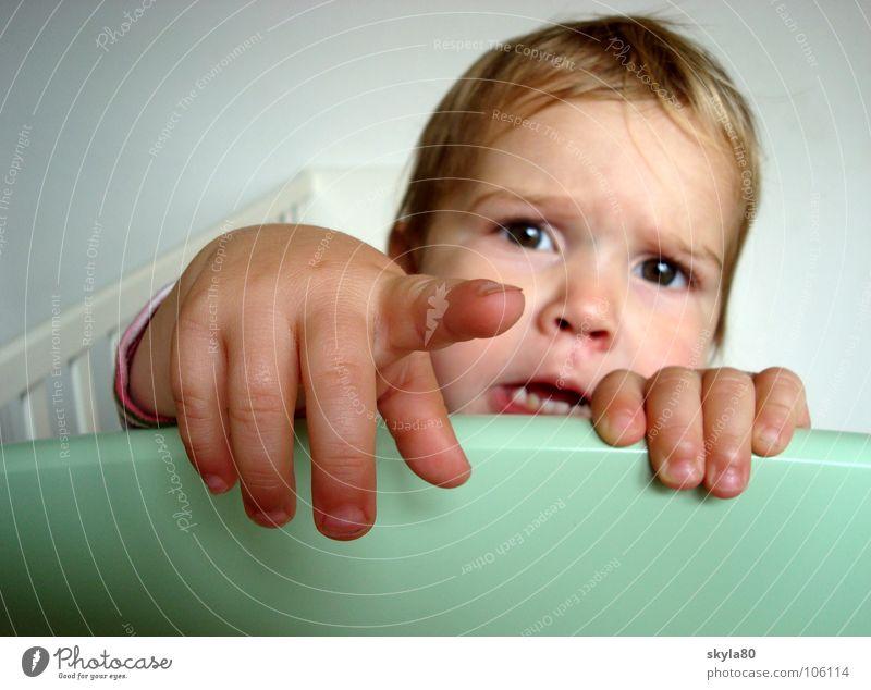 Kontaktaufnahme Kind Kleinkind Mädchen Milchzähne Hand Spielen erstaunt Gesicht Haare & Frisuren festhalten zeigen Zeigefinger Wunsch Kindergesicht Enttäuschung