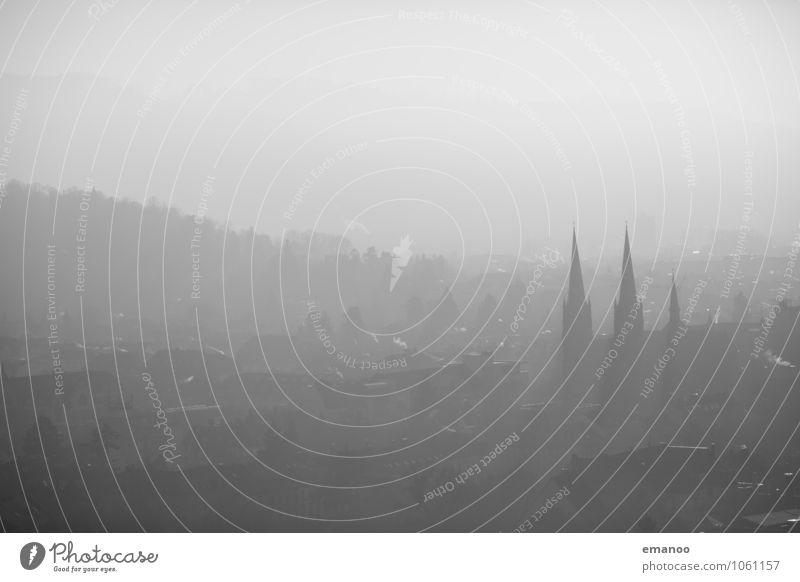 die graue Stadt alt Baum Haus kalt Architektur Gebäude Wetter Nebel Klima Kirche Hügel Bauwerk Rauch Denkmal