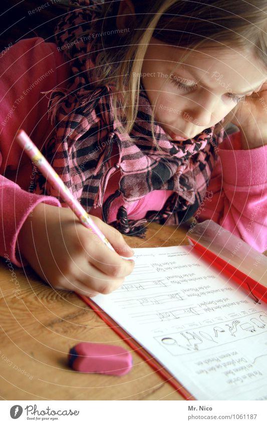 Viel zu lernen Du noch hast * Schreibtisch Bildung Klassenraum Schulkind feminin Mädchen Schal blond langhaarig lesen schreiben klug Schreibstift Radiergummi