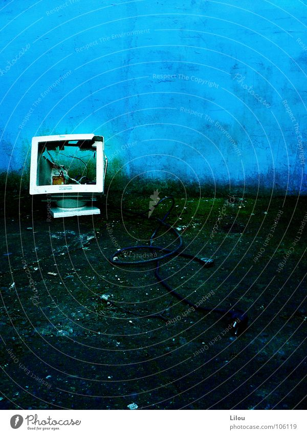 Blue Screen. blau grün weiß schwarz Wand grau Computer kaputt Technik & Technologie Bodenbelag Kabel Wut Verzweiflung Informationstechnologie Bildschirm Aggression