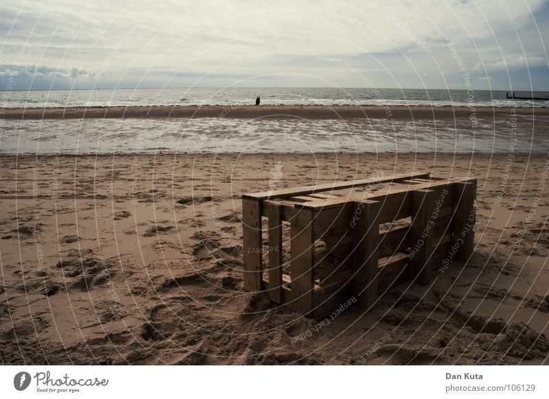 Strandgut Meer Walcheren Zoutelande Zeeland Ebbe Fußspur Kiste Holz dunkel Stimmung dreckig Wolken Spaziergang horizontal verrotten Herbst See Vergänglichkeit