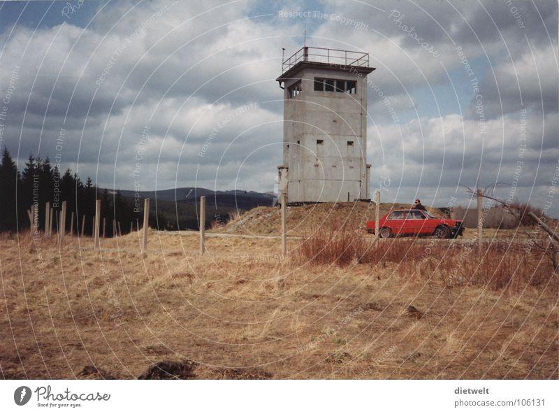 Roter BMW im roten Grenzbereich Grenzbefestigung Rest Politik & Staat Grenzöffnung Sozialismus Grenzübergang Wachturm alt offen Ironie Außenaufnahme verfallen