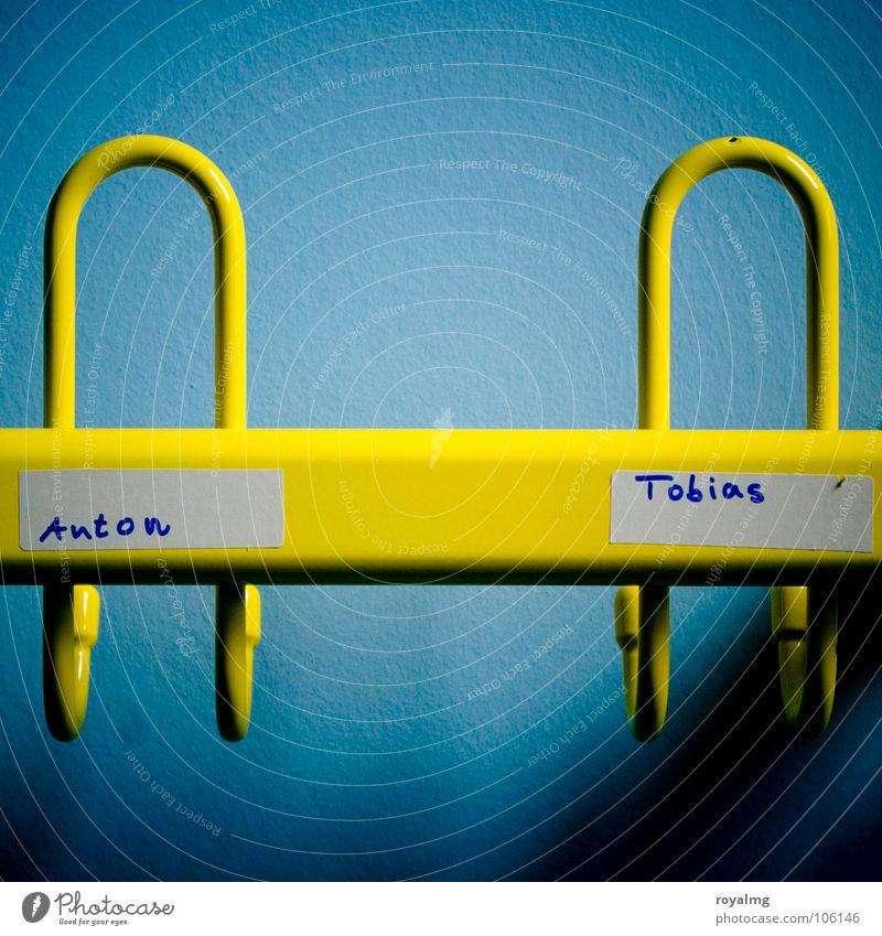 Grundschulfreunde Kleiderhaken Haken leer Tapete Wand gelb Bekleidung hängen Möbel Anton Tobias Kleiderablage Schatten Metall blau Kontrast