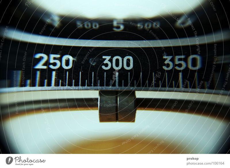 300 Ziffern & Zahlen nah Übergewicht Neigung Haushalt Linse Genauigkeit Lupe Präzision Waage Verzerrung Skala Regel schieben wiegen