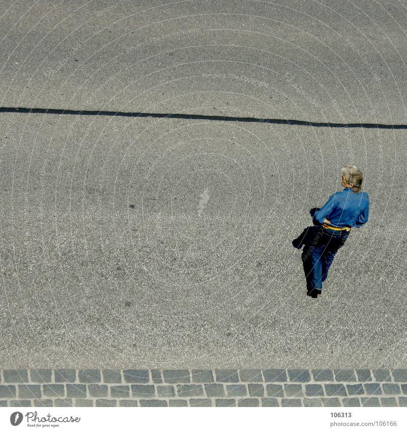 BETTER LOOK RIGHT Mensch Mann alt blau Stadt Straße grau Haare & Frisuren Stil Stein Perspektive Zukunft Streifen beobachten Asphalt Dresden