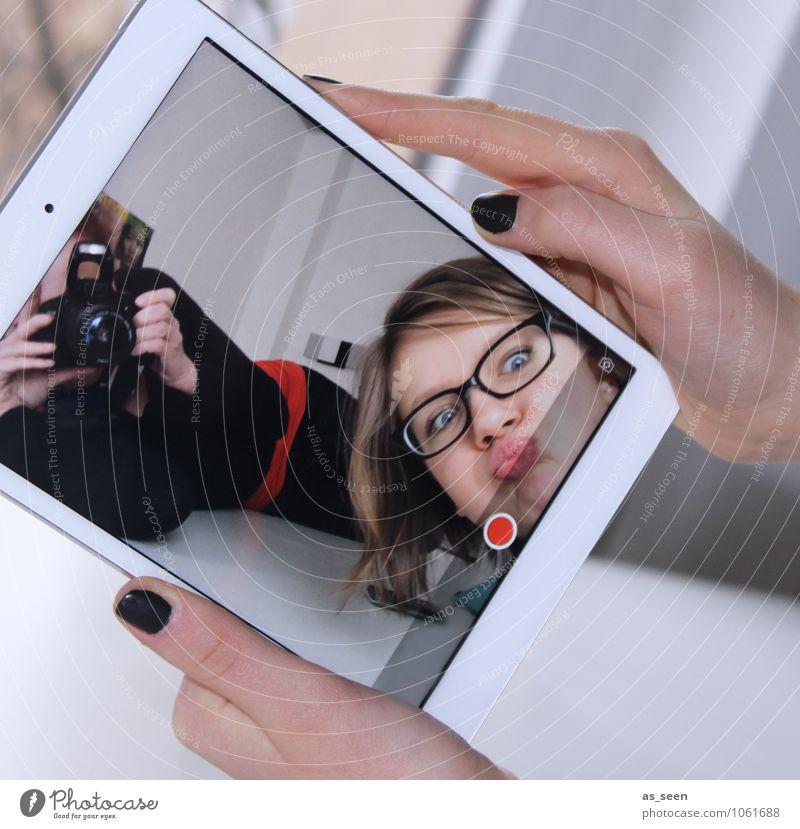 And action! Mensch Frau Jugendliche Stadt Freude Gesicht Erwachsene Leben feminin modern Fröhlichkeit Kommunizieren Geschwindigkeit Zukunft Telekommunikation Wandel & Veränderung