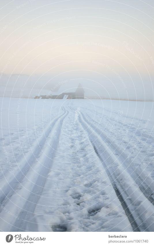 Der Weg zum Stall Skifahren Natur Landschaft Himmel Winter Klima Schnee Hütte Fußspur Streifen hell kalt weiß Stimmung Freizeit & Hobby Freude Wege & Pfade Ziel