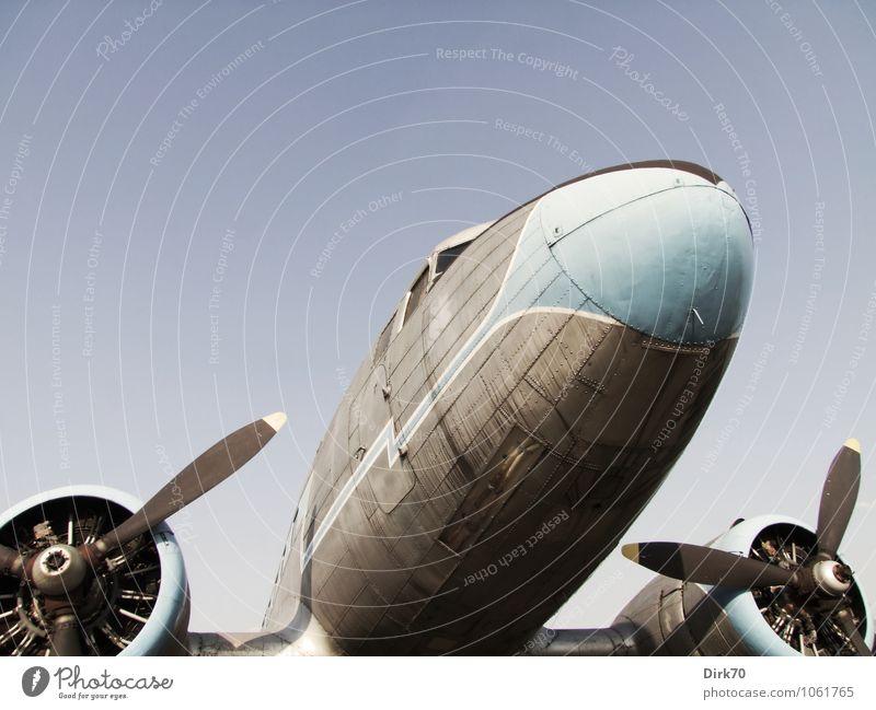 Historisches Flugzeug Güterverkehr & Logistik Technik & Technologie Luftverkehr Wolkenloser Himmel Sonnenlicht Sommer Schönes Wetter Verkehr Verkehrsmittel
