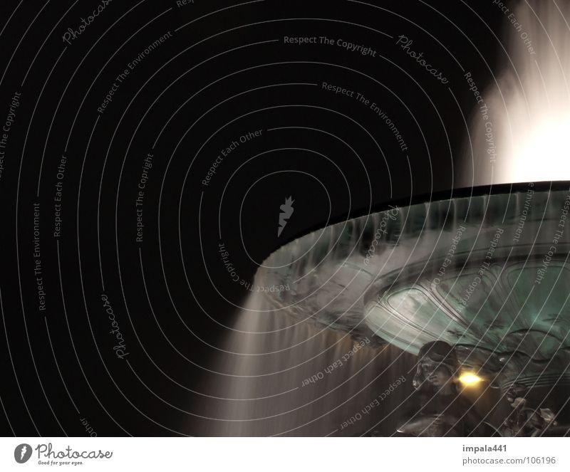 nebelkelch II Nacht Brunnen Langzeitbelichtung Nebel Nieselregen Springbrunnen weiß Licht dunkel UFO Statue Bronze historisch Dresden obskur Wasser Engel