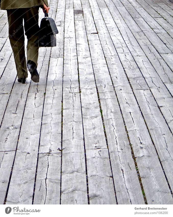 dumm gelaufen Holz Holzfußboden Anzug Frau Hose Tasche Aktenkoffer Koffer gehen Flucht Erfolg umsonst Ladengeschäft Arbeit & Erwerbstätigkeit Ziel Dienst