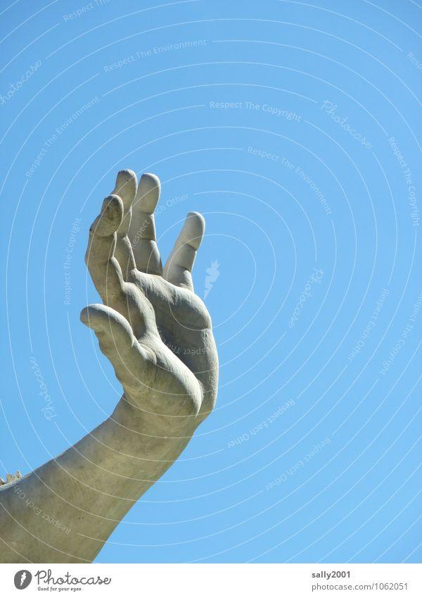 Give me 5... maskulin Arme Hand Finger Wolkenloser Himmel ästhetisch sportlich muskulös Statue Kunstwerk Skulptur Bildhauerei winken stoppen Halt Handfläche