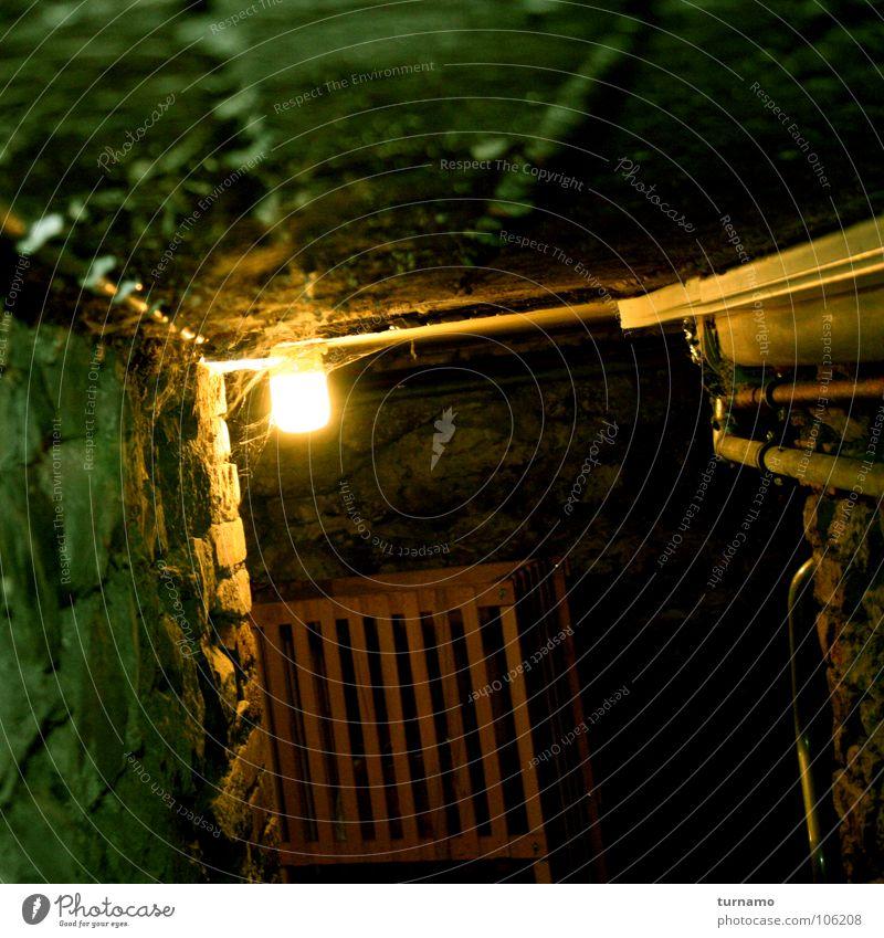 es gibt keine Monster! dunkel kalt Stein Angst Suche gefährlich verfallen Mut Held Panik Risiko Keller Justizvollzugsanstalt eingeschlossen Steinwand