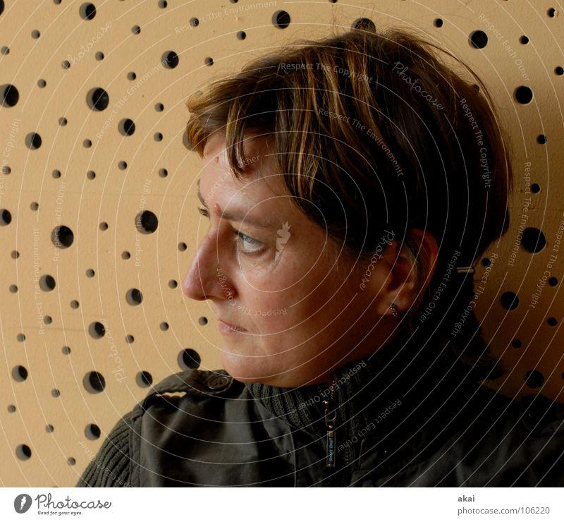 Lady in Black Frau schwarz Gesicht gelb dunkel Fenster Wand Haare & Frisuren Stil träumen hell Kunst Deutschland Beleuchtung Hintergrundbild glänzend