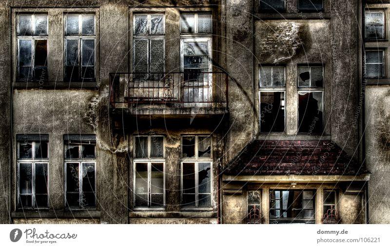 1909 Mauer Haus Gebäude Fenster einwerfen Splitter gebrochen Einbruch Zerstörung verfallen Verfall Balkon Beton Holz dreckig Reflexion & Spiegelung Unbewohnt