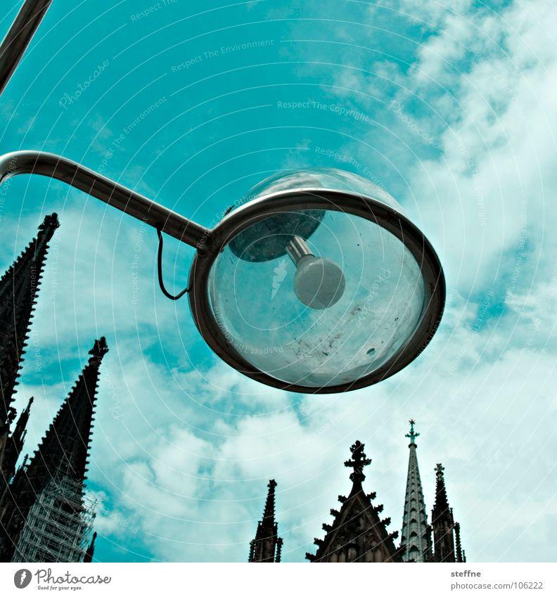 Urban et Orbi Laterne Lampe Licht Wolken Götter Gotteshäuser weiß schwarz grün Fehlfarbe Kirchturm Köln Sommer Glaube Erkenntnis Wahrzeichen Denkmal Stadt