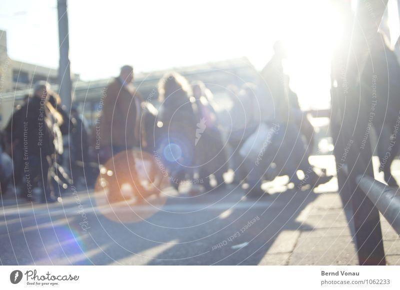 kauflauf Mensch blau Erwachsene Bewegung grau gehen hell Stadtleben orange authentisch kaufen Fußweg Geländer Jacke Stadtzentrum Strommast
