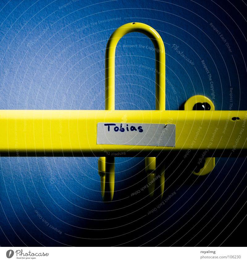 Tobi ist schon weg Kleiderhaken Haken leer Tapete Wand gelb Bekleidung hängen Tobias Kleiderablage Schatten Metall blau Kontrast