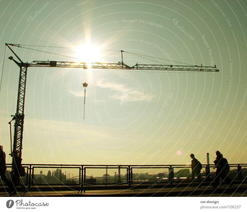 schnell, laut & stinkend weiß gelb Ecke Wand Kran Sonnenblende Blendeneffekt Wolken Sightseeing Kunst interessant Wahrzeichen Symbole & Metaphern krumm Stadt