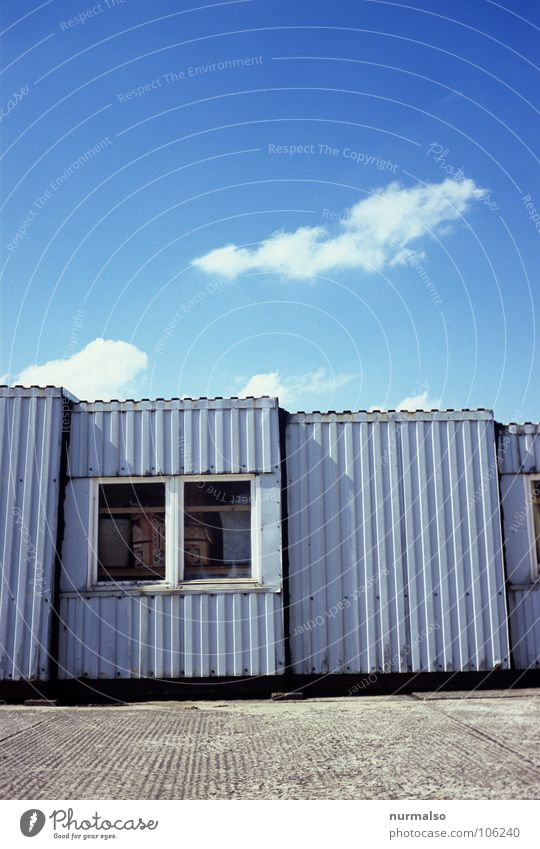 eine Linienfrage Fenster Beton Blech Büchse Wolken klein groß Zusammensein grau Industrie blau Hütte Container Himmel abgezogen DDR Nothaus Bauarbeiterhome