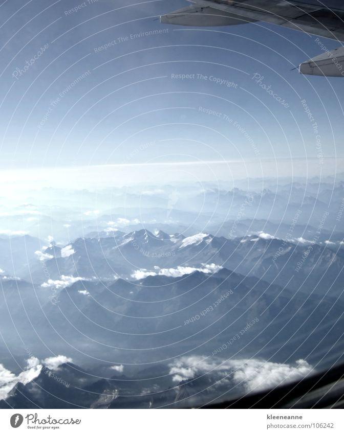 Fernweh groß Europa Flugzeug Passagierflugzeug Ferne Wolken klein weiß über den Wolken Unendlichkeit schön beängstigend massiv grau luftig Vorfreude
