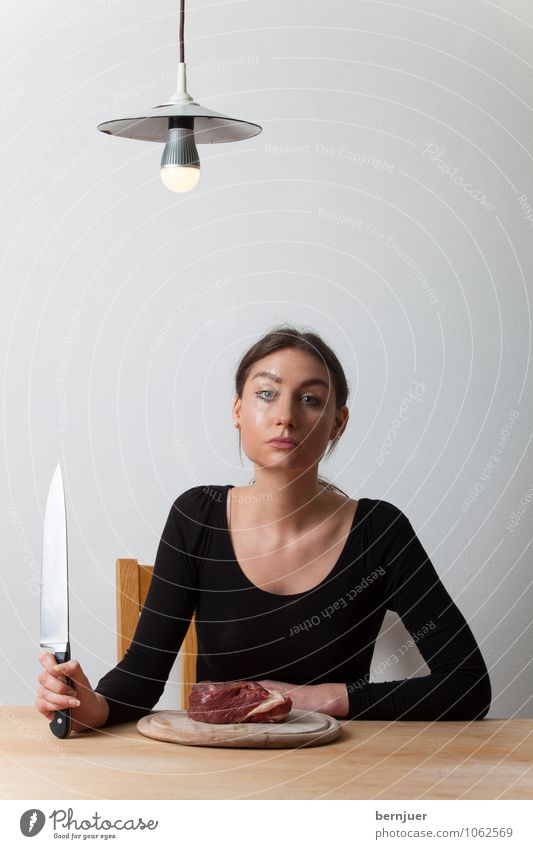 Austerität Mensch Jugendliche weiß Junge Frau 18-30 Jahre schwarz Erwachsene feminin Lampe Lebensmittel sitzen Tisch Lebensfreude einzigartig Coolness T-Shirt