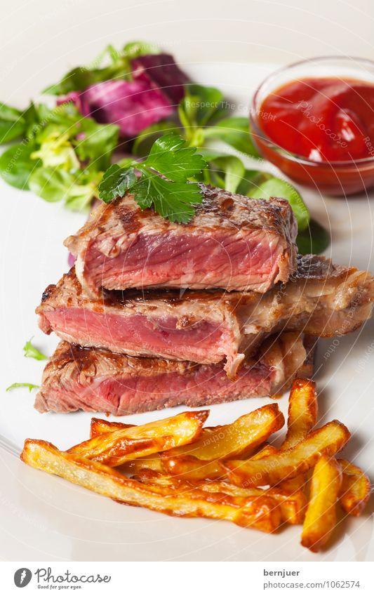 Steak frites Lebensmittel Fleisch Gemüse Salat Salatbeilage Abendessen Slowfood Teller Schalen & Schüsseln gut Genusssucht Pommes frites Rindersteak Rinderfilet