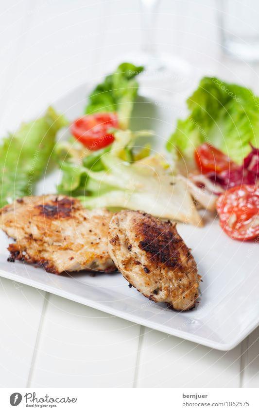 Hühnerbrust weiß Wasser Foodfotografie Lebensmittel Glas Ernährung gut Appetit & Hunger Bioprodukte Teller eckig Abendessen Fleisch leicht Tomate Salat