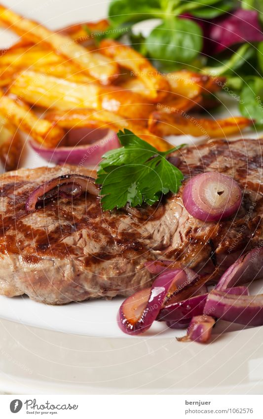 Baby, let's have some food rot Lebensmittel Sauberkeit Gemüse gut lecker Teller leicht Fleisch Abendessen saftig Salat Salatbeilage bescheiden Reinlichkeit