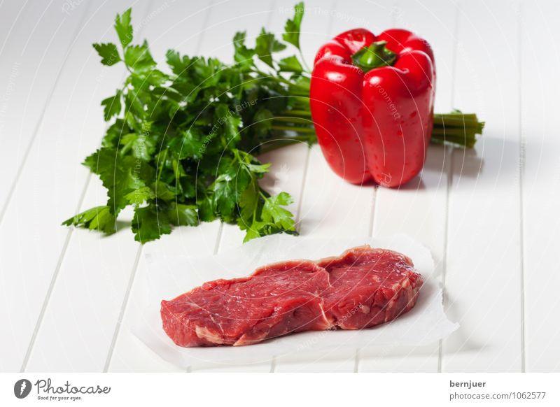 Zutaten Lebensmittel Fleisch Gemüse Ernährung Bioprodukte Billig gut grün rot weiß Steak Rinderlende Rindfleisch Petersilie Paprika Holzbrett Papier roh dünn
