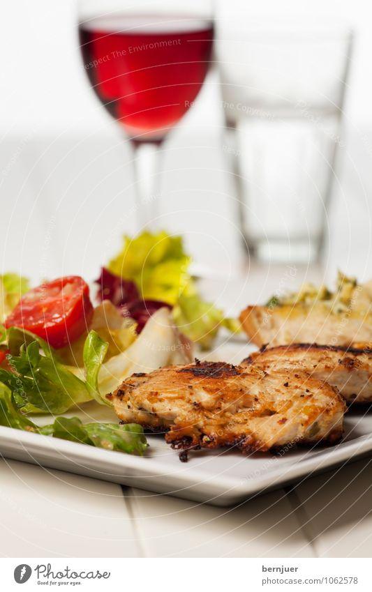 Salat mit Huhn weiß Lebensmittel Glas Trinkwasser Ernährung Getränk Wein gut Bioprodukte Holzbrett eckig Teller Fleisch leicht Abendessen Diät
