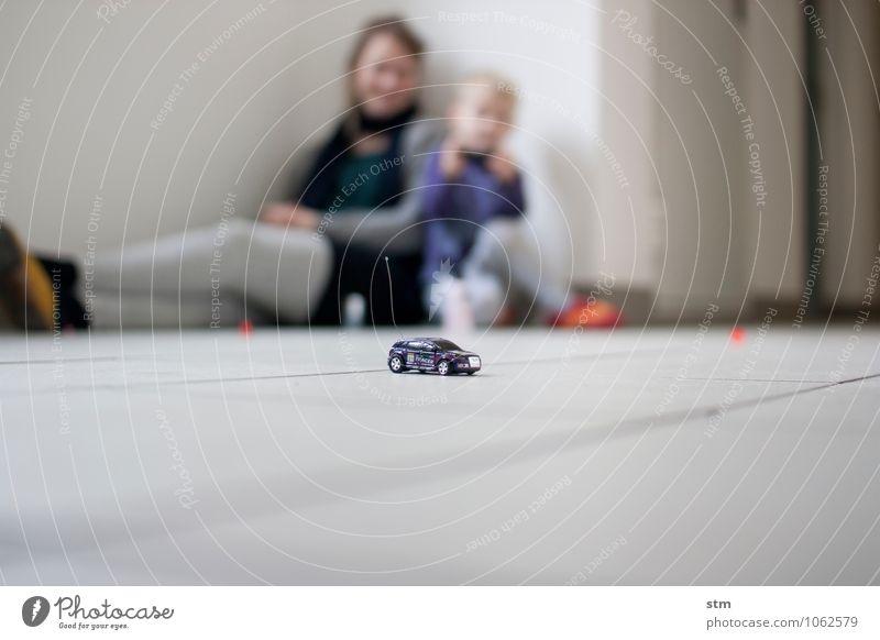 sonntagnachmitag Freizeit & Hobby Spielen Modellbau Kinderspiel Häusliches Leben Wohnung Fernbedienung Technik & Technologie Mensch Junge Frau Erwachsene Mutter