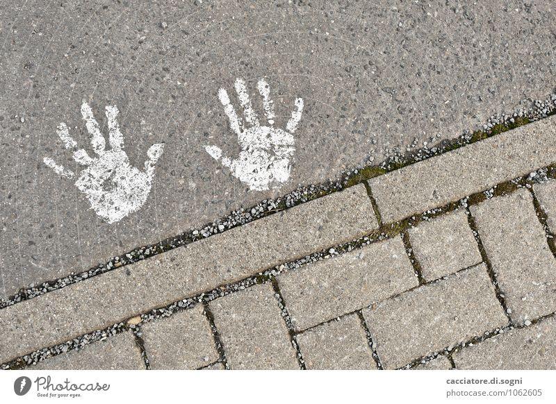 Patschhändchen Verkehrswege Straße Zeichen Hand Handabdruck einfach Fröhlichkeit klein lustig niedlich grau weiß Freude Optimismus Freundschaft geheimnisvoll