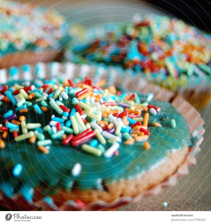 Verstreuselt. Muffin Kuchen Streusel mehrfarbig süß Bäckerei lecker Ernährung Teigwaren entwenden ungesund Lebensmittel Gastronomie Glasur Geburtstag