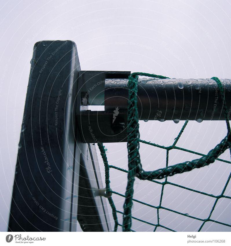 Ecke III Himmel grün Freude Sport Spielen grau Regen Fußball Metall nass Wassertropfen Seil Ecke Netz Kindheit Tor