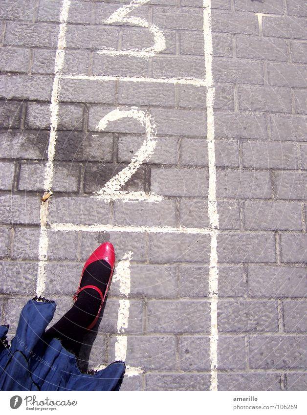 Eins zwei oder drei? Frau Mädchen Freude Straße feminin Graffiti Spielen grau springen Stein Beine lustig Schuhe Tanzen nass hoch