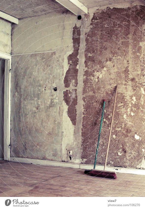 Endreinigung Reinigen Besen Staub Wand Sanieren Wohnung Mauer Holz Fenster Dachboden Demontage Putz Raum retro Haus Wohnzimmer verfallen Vergänglichkeit
