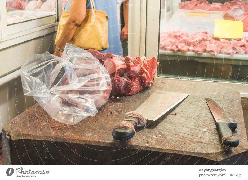 Fleisch auf dem authentischen Markt. kaufen frisch rot Metzger Rindfleisch roh Lebensmittel Schweinefleisch Steak Supermarkt erhängen Lager Fruchtfleisch Braten