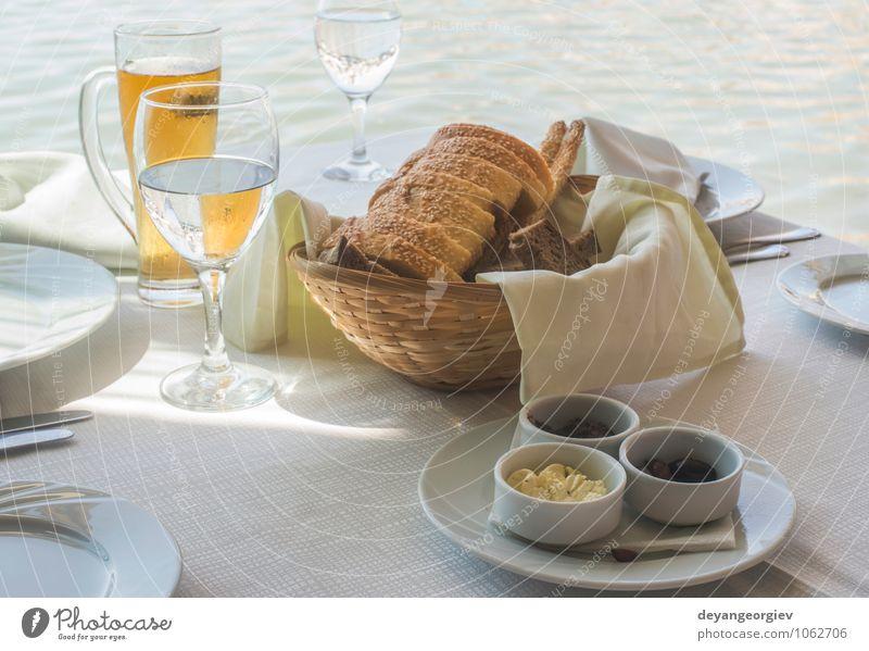 Close up Tabelle im griechischen Restaurant. Oliven und Brot Käse Frühstück Abendessen Vegetarische Ernährung Teller Gabel Tisch lecker grün schwarz weiß