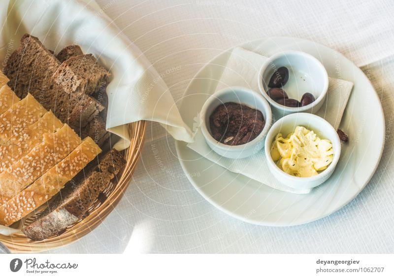 Nahaufnahme des Tisches im griechischen Restaurant. Oliven und Brot Käse Frühstück Abendessen Vegetarische Ernährung Teller Gabel lecker grün schwarz weiß
