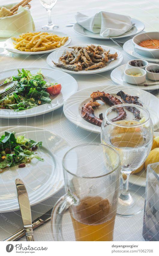 Tisch im griechischen Restaurant. Salat und Fisch Käse Brot Frühstück Mittagessen Abendessen Teller Meer lecker grün weiß Griechen Lebensmittel Griechenland