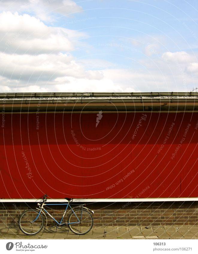 THE SKY WAS PINK [IN BERLIN] Fahrrad Wand rot fahren Stadt verschlissen Rost graphisch Sozialismus Osten Deutschland Kommunismus Bordsteinkante Eisen weiß