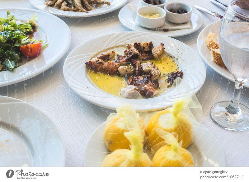 Oktopus in einem griechischen Restaurant. Weißer Tisch Meeresfrüchte Käse Gemüse Mittagessen Abendessen Diät Teller Kultur Tier einfach lecker weiß Octopus