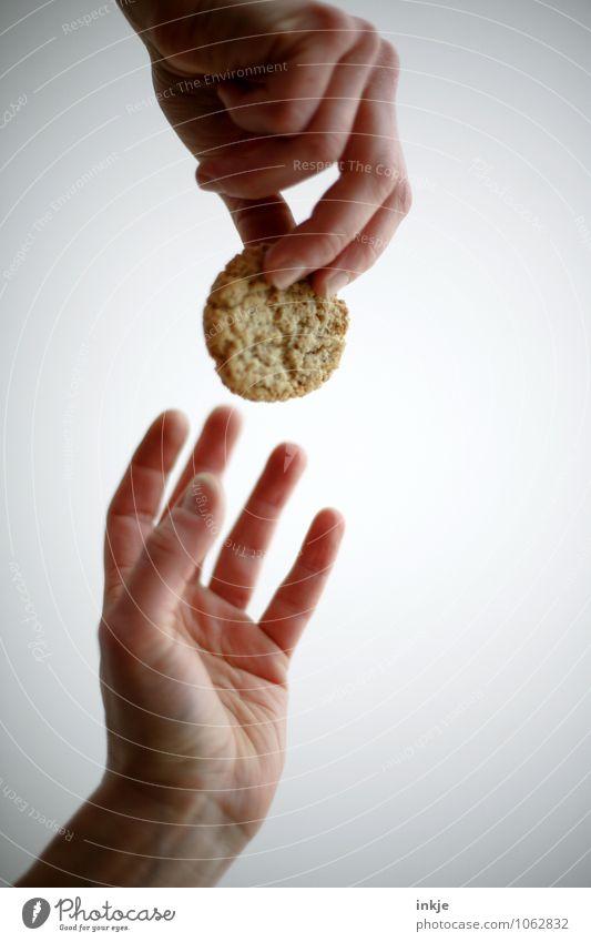 Keks? Mensch Frau Mann Hand Erwachsene Leben Gefühle Lebensmittel Zusammensein Freundschaft Ernährung Freundlichkeit Hilfsbereitschaft festhalten lecker