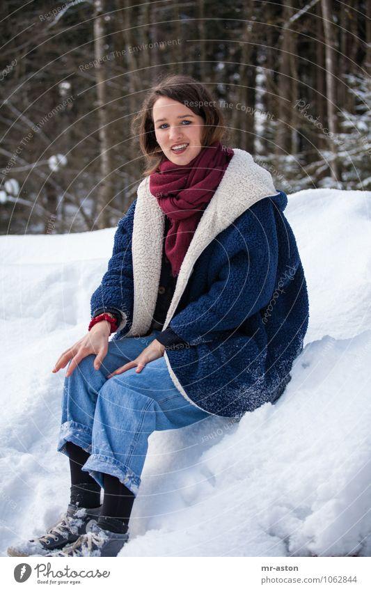Ich sitze hier nur rum. Freude schön Winter Schnee Mensch feminin Junge Frau Jugendliche 1 18-30 Jahre Erwachsene Pelzmantel Schal Turnschuh brünett langhaarig